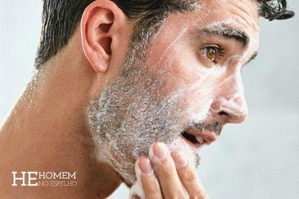 HomemNo Espelho - esfoliação - esfoliante facial masculino