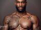 Homem No Espelho - Tatuagem em pele escura - negra - morena - parda